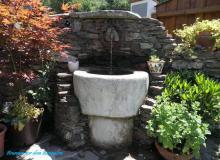 Brunnen steht vor dem Bungalow