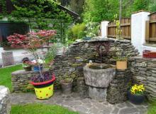 Brunnen vor dem Bungalow