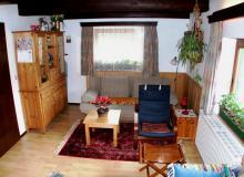 Wohnzimmer mit großer Schlaufcouch